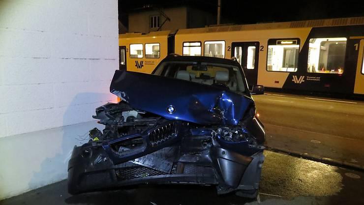 Aus diesem Autowrack konnte sich ein 62-jähriger Mann nach der Kollision mit einem Zug leicht verletzt befreien.