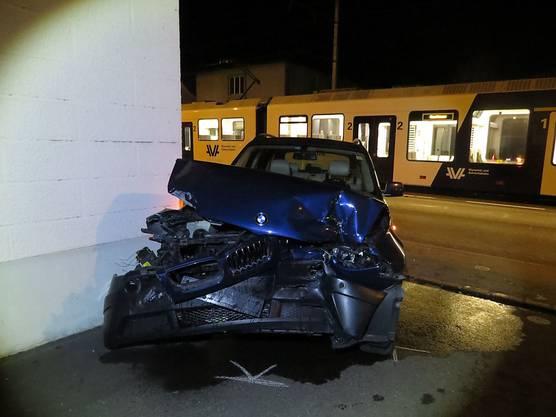 Unterkulm AG, 11. Oktober: Aus diesem Autowrack konnte sich ein 62-jähriger Mann nach der Kollision mit einem Zug leicht verletzt befreien.