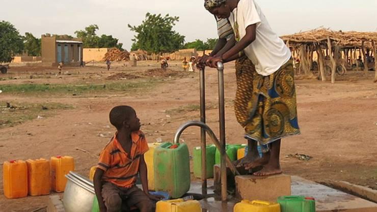 In manchen Regionen ist das Grundwasser mit Schadstoffen belastet, besonders in Entwicklungsländern fehlt jedoch das Geld, flächendeckend alle Brunnen zu testen. Ein statistisches Modell von Eawag-Forschenden hilft, gefährdete Regionen zu verorten.