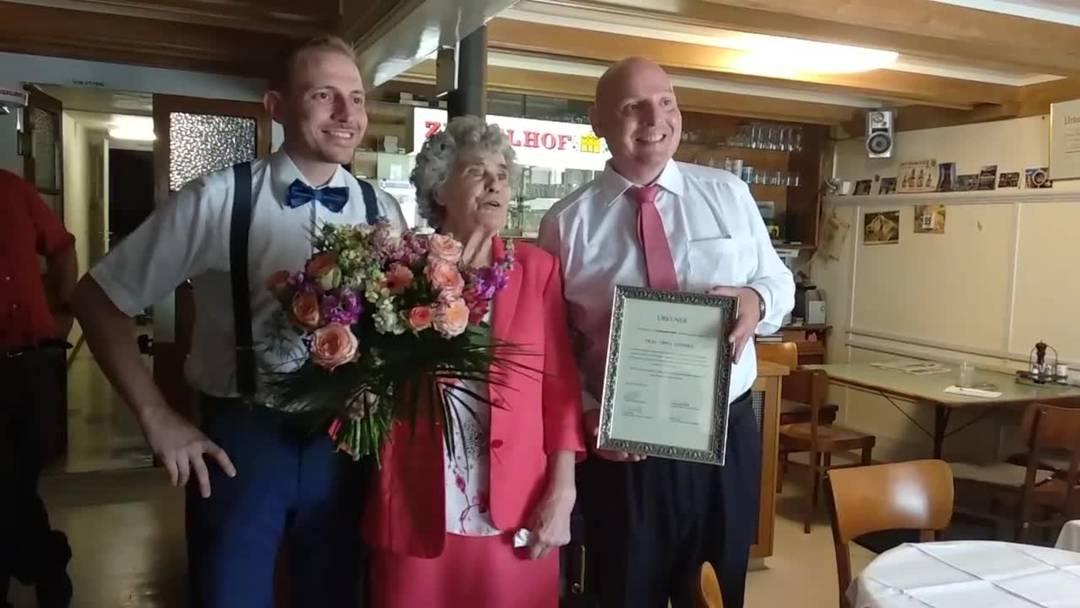 Eine Urkunde für eine Wirtin:  Erna Hammel hat  59 Jahre im Restaurant Eintracht in Nunningen gewirtet und dem Beizensterben getrotzt.