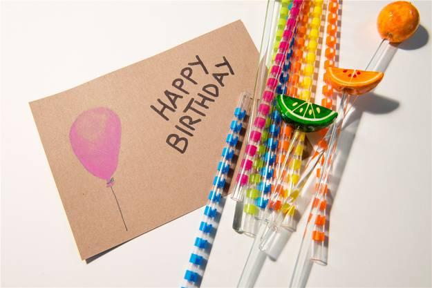 Happy Birthday mit einigen untypischen Strohhalmen