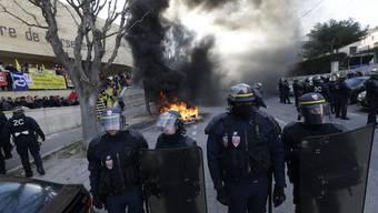 Ausserhalb des Gefängnisses Les Baumettes in Marseille.