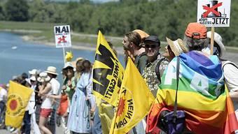 Demonstranten bilden eine vier Kilometer lange Menschenkette