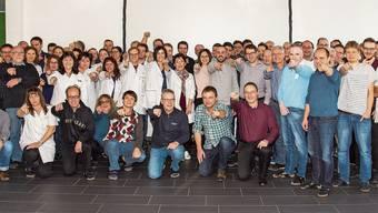 Die 82 Mitarbeiterinnen und Mitarbeiter der Camille Bauer feierten das 75-jährige Bestehen ihrer Firma. (Ausschnitt)