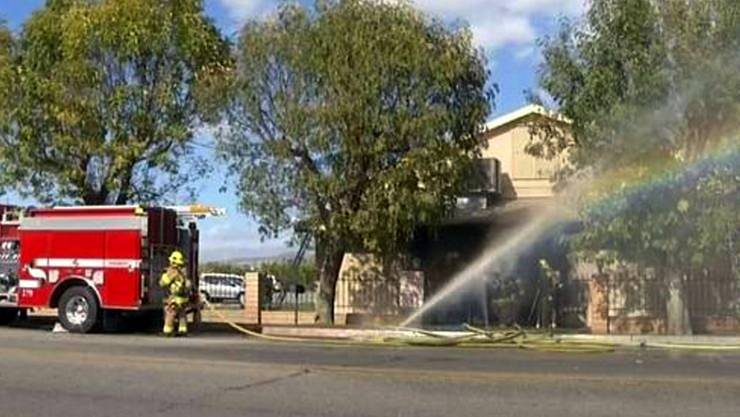 Feuerwehrleute löschen den Brand einer Moschee in Coachella, Kalifornien. Die Polizei untersucht den mutmasslichen Brandanschlag.