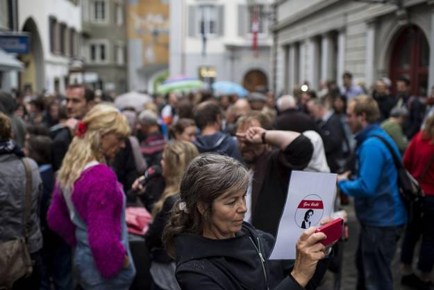 «Geri bleibt!»: Kundgebung für Geri Müller vor Badens Stadthaus.