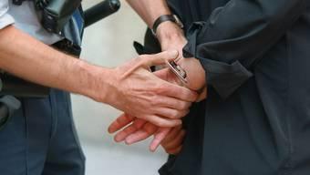 Bei einem der beiden festgenommenen Täter fand die Polizei eine Faustfeuerwaffe. (Symbolbild)