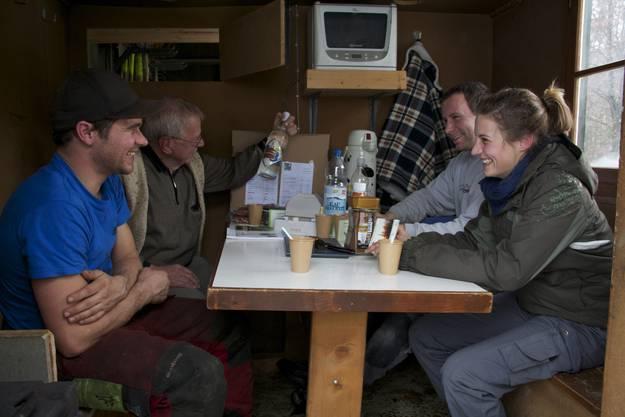 Im Holzerwagen der Equipe von Forstwart David Schütz (links, im T-Shirt) machen es sich Kunden und Kollegen bei Kirsch und Kaffee gemütlich