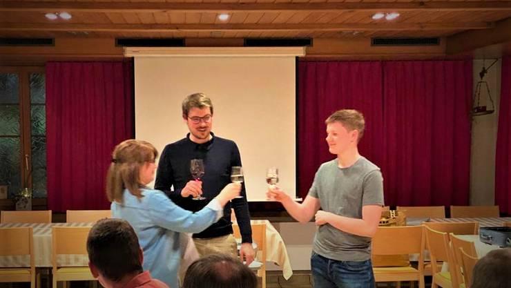 Präsidentin Jacqueline Grob-Altermatt (links) heisst die beiden Neumitglieder Tom Fehlmann (Mitte) und Quirin Müller (rechts) im Verein willkommen.