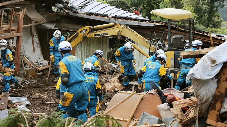 Rettungskräfte suchen nach den Erdbeben in Japan weiter nach Vermissten: Schwere Regenfälle erschweren die Arbeiten.