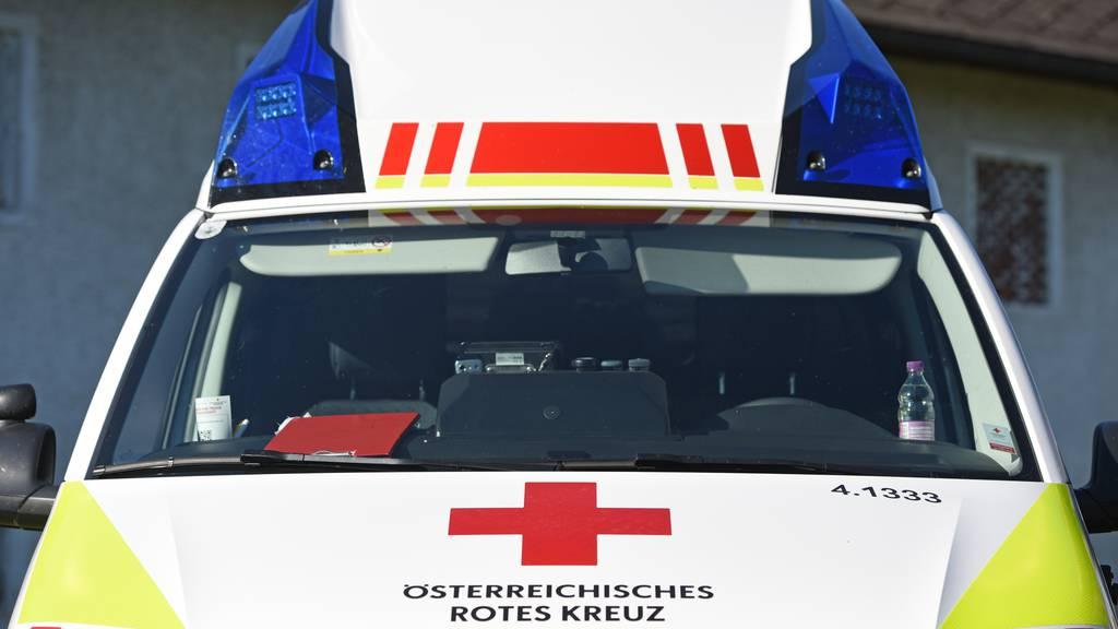 Krankenwagen mit Patient zwei Meter in die Tiefe gefallen
