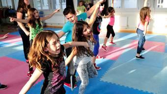 Die Kids von der Streetdance-Schule bereiten sich im Ebosa-Areal auf ihre Auftritte vor.