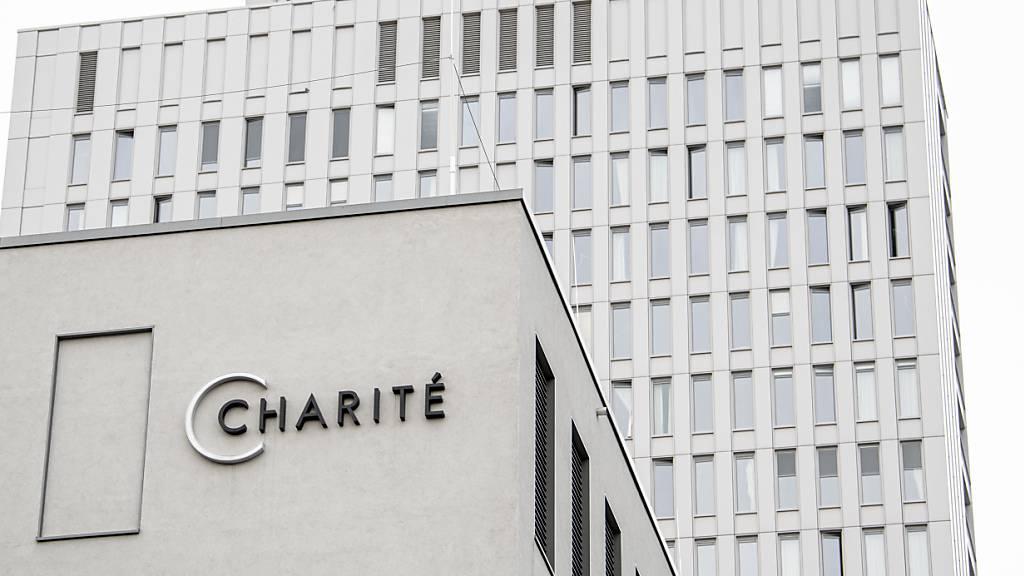 Der Schriftzug «Charité» ist am Gebäude der Zentralen Notaufnahme der Berliner Charité angebracht.