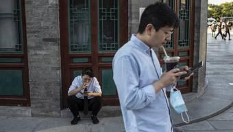 Der Widerstand von Chinas Stadtbewohnern gegen die andeauernde Überwachung via Smartphone wächst. (Bild: Keystone)