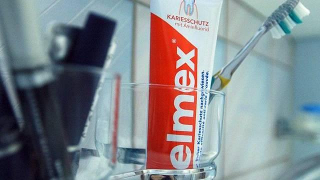 Eine Tube Elmex-Zahnpasta - Beim Elmex-Hersteller Gaba steht ein Kahlschlag an (Archiv)