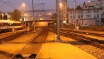 In der Nacht auf Sonntag ist im Bahnhof St. Gallen eine Frau von einem Zug erfasst worden. Sie erlitt schwere Beinverletzungen.