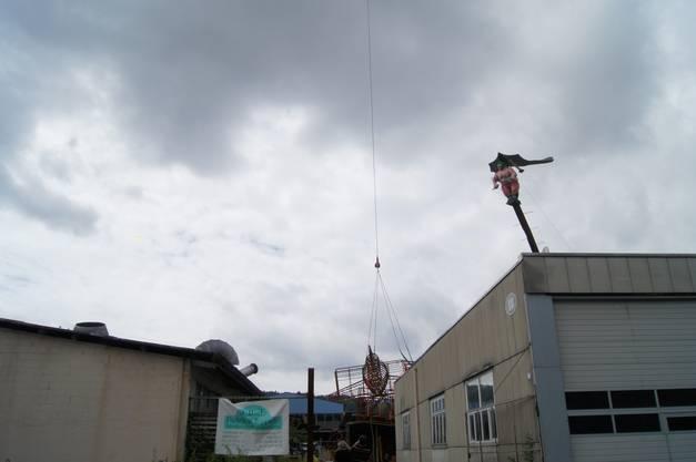 Langsam hebt die 2,5 Tonnen schwere Skulptur ab