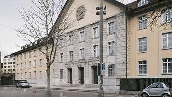 Das Bezirksgericht Zürich sprach einen Mann wegen sich Bestechen Lassens und Amtsgeheimnisverletzung schuldig.