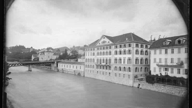 Der 1834 erbaute «Limmathof» ist heute das einzige Hotel im Bäderquartier, das über ein grosses Badebecken verfügt, in dem nicht nur Hotelgäste baden dürfen. Das Foto stammt aus dem Jahr 1895. Das Hotel wurde 1993 zum Drehort für die Verfilmung von Friedrich Dürrenmatts «Justiz».