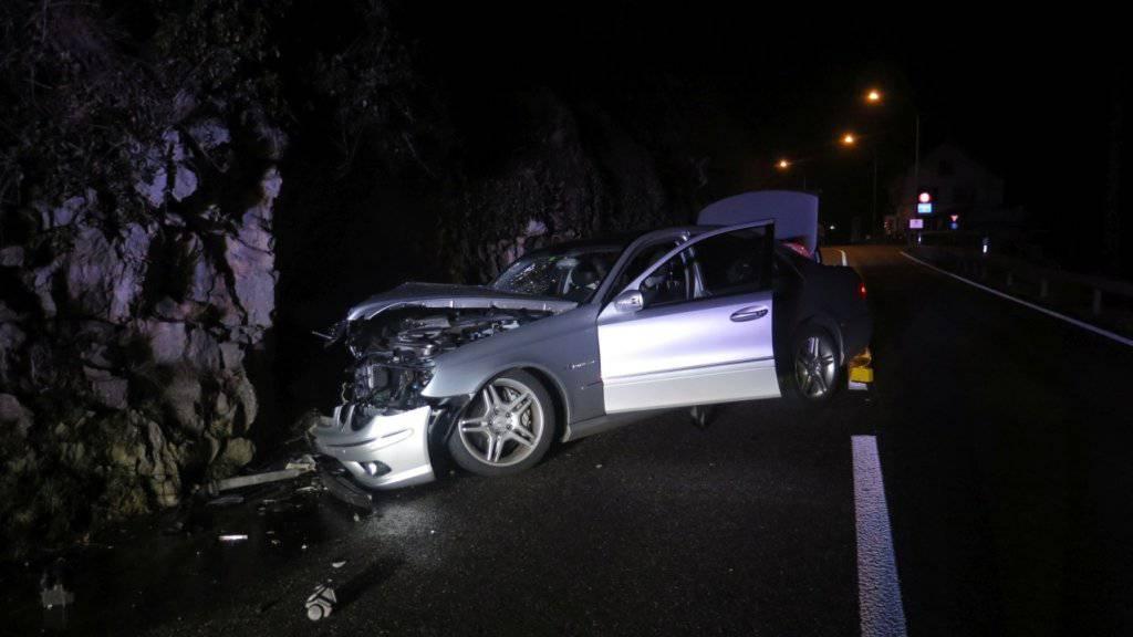 Ein Autofahrer ist am Samstagabend in eine Felswand gefahren. Er wurde beim Selbstunfall verletzt.