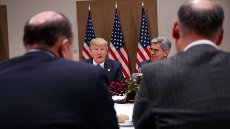 """Trump sagte in dem am Rande des Weltwirtschaftsforums WEF in Davos geführten Interview mit dem US-Sender CNBC, da sich die US-Wirtschaft gut entwickele, werde der Dollar """"stärker und stärker werden, und letztlich möchte ich einen starken Dollar sehen""""."""