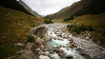 Der Rein da Plattas entspringt dem Medelsergletscher und liegt am Hüttenweg.