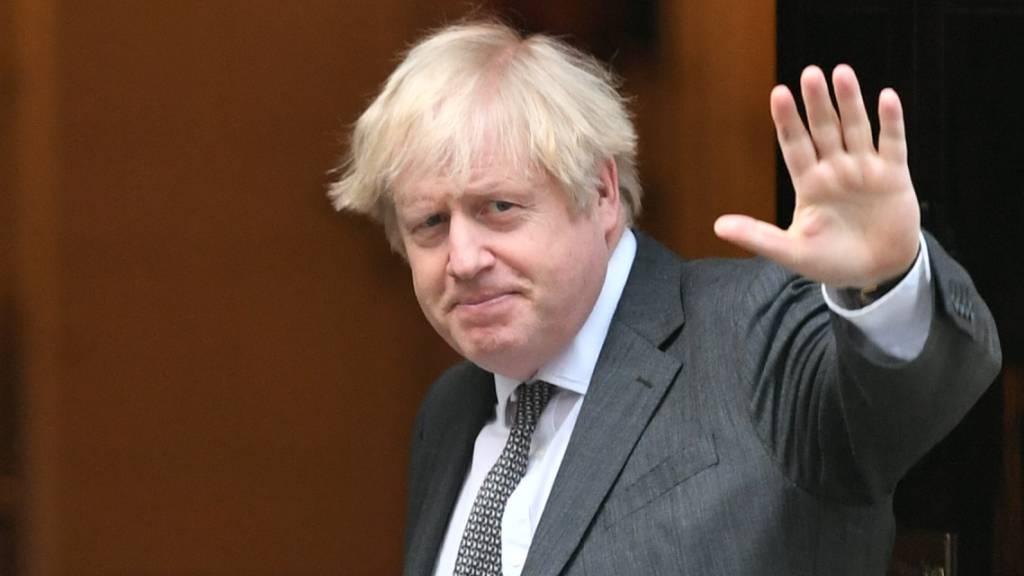 Boris Johnson, Premierminister von Großbritannien, winkt in der Tür der Downing Street, nachdem das britische Unterhaus dem Brexit-Handelspakt mit der Europäischen Union zugestimmt hat. Foto: Dominic Lipinksi/PA Wire/dpa