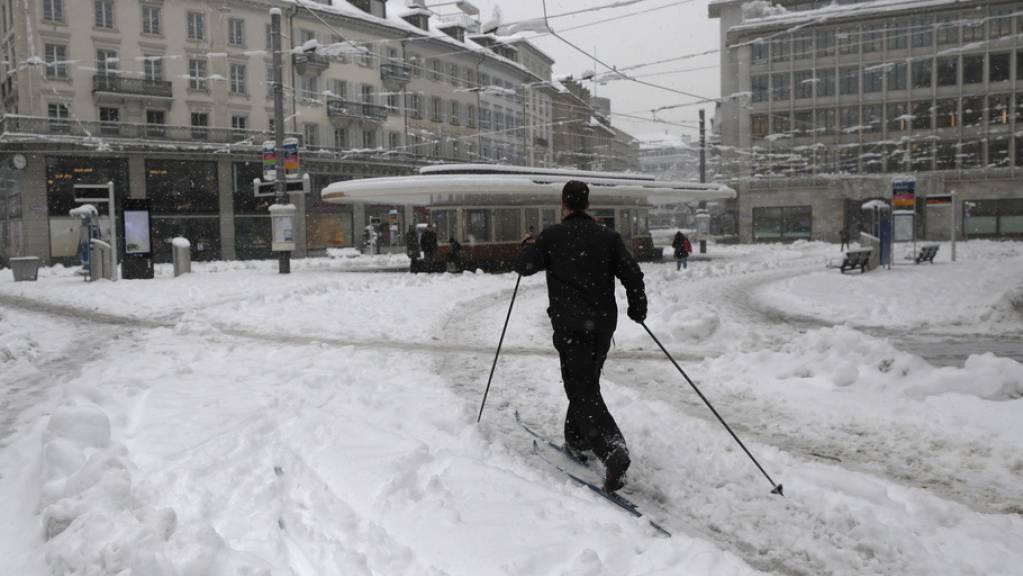 Mann auf Langlaufskis am Freitag auf dem Paradeplatz in  Zürich.