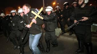Die Polizei führt einen Teilnehmer des Unabhängigkeitsmarsches ab (Archiv)