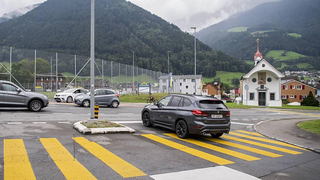 Vom Sportplatz in Schattdorf führt die geplante West-Ost-Verbindung im Urner Talboden über einen umstrittenen Kreisel zur Autobahn. (Archivbild)