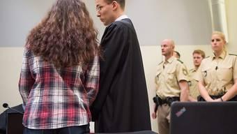 Beate Zschäpe und ihr neuer Verteidiger Mathias Grasel: Die angekündigte Aussage der Angeklagten verzögert sich, da das Gericht zunächst über zwei Anträge entscheiden muss.