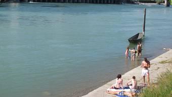 Die Europäische Umweltagentur bemängelt die Wasserqualität am Rhein bei Kaiseraugst und Rheinfelden. (Archiv)