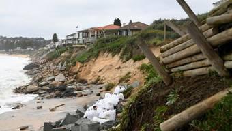 Stürmisches Wetter und hohe Wellen nagen so stark an Australiens Ostküste, dass mehrere Wohnhäuser einzustürzen drohen.