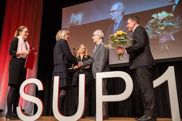Als Laudatorin amtete Nina Spielmann (1. v. l.). Gratulationen durften sie von Regierungsrätin und Volkswirtschaftsdirektorin Brigit Wyss (2. v. l.) entgegennehmen