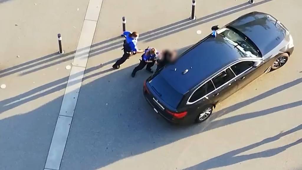 Polizeieinsatz: Ein Mann mit Messer und Hammer geht in Brugg auf Passanten los