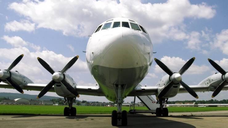 Ein russisches Flugzeug des Typs Il-18 - ein solches legte in Sibirien eine Bruchlandung hin. (Symbolbild)