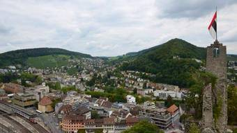 Blick auf die Stadt Baden: Die Ruine Stein mit der Baden-Flagge.