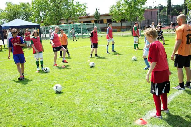 Das Training mit behinderten Jugendlichen ist für Valentin Stocker (links) alles andere als eine Pflicht.