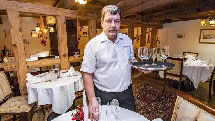 Adrian Jaton in der Gaststube des Gasthofs Schlüssel. Er führt den Betrieb noch bis 21. Dezember weiter.