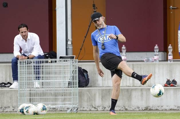 Der neue FCA-Trainer Stephan Keller (vorne), im Hintergrund beobachtet von Sportchef Sandro Burki