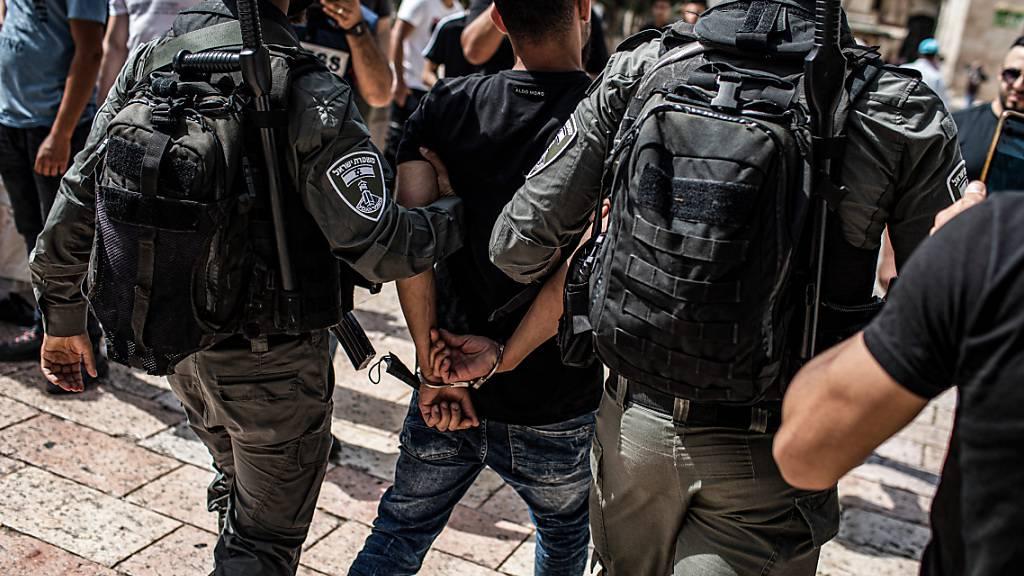 Bereits gestern nahmen israelische Polizisten nach Zusammenstößen auf dem Tempelberg mehrere Männer fest. Foto: Ilia Yefimovich/dpa