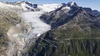 Der Klimawandel lässt nicht nur den Rhonegletscher schmilzen. Die Gletscher-Initiative will deshalb die Treibhausgasemissionen der Schweiz bis 2050 auf Null senken. (Archivbild)