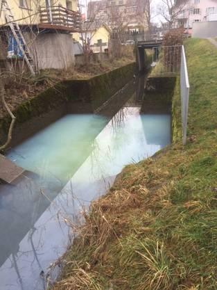 So sah der Lenggenbach am vergangenen Mittwoch aus – das Wasser blau-weiss gefärbt.