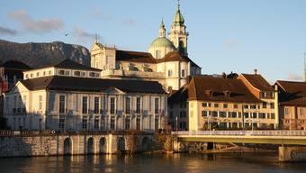 St. Ursen und das Palais Besenval im Abendlicht. (Archiv)