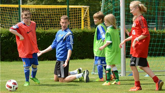 FCB-Profi Fabian Frei (Mitte) mit den Kindern.