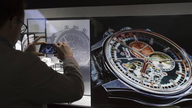 Die Luxusuhren-Ausstellung Baselworld fasziniert die Besucher.
