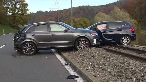 Zwei Personen nach Unfall in Rudolfstetten verletzt – Bahnverkehr während zwei Stunden unterbrochen