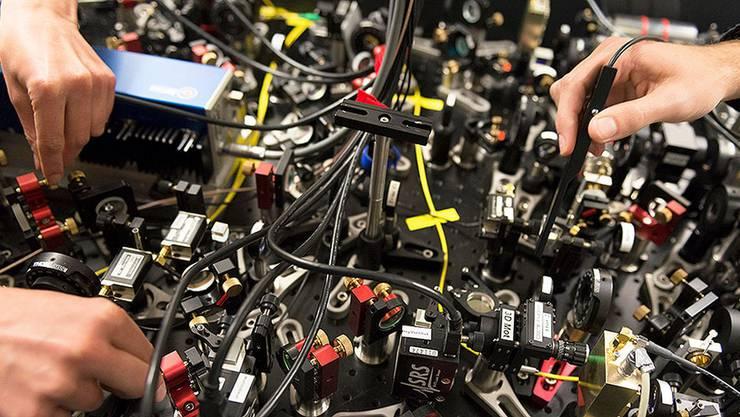 Aufbau eines Quanten-Optik-Experiments: Moleküle werden stark abgekühlt, um Quanteneffekte zu erforschen.