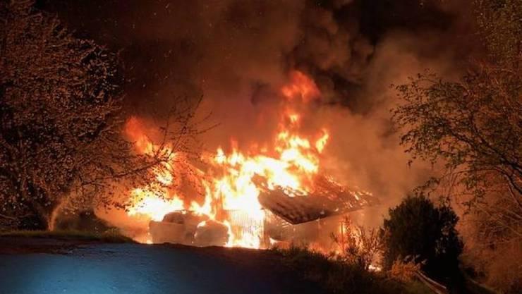 Trotz intensivem Einsatz der Feuerwehr wurde das Chalet ein Raub der Flammen.