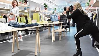 Tina Hauri fotografiert das Model Anik im Mode Bernheim beim Shoppen: Sie will so auf die Vorzüge des lokale Gewerbes aufmerksam machen.
